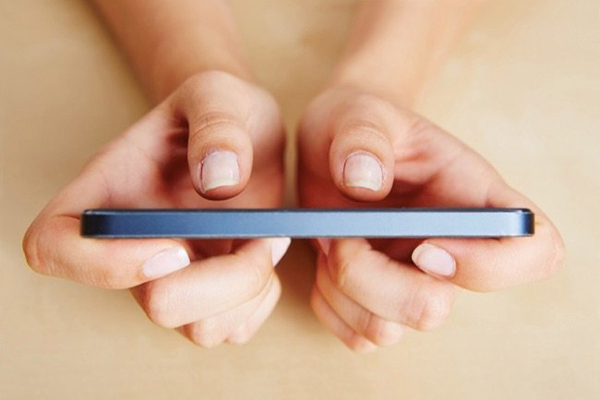 two-thumb-typing-smartphone
